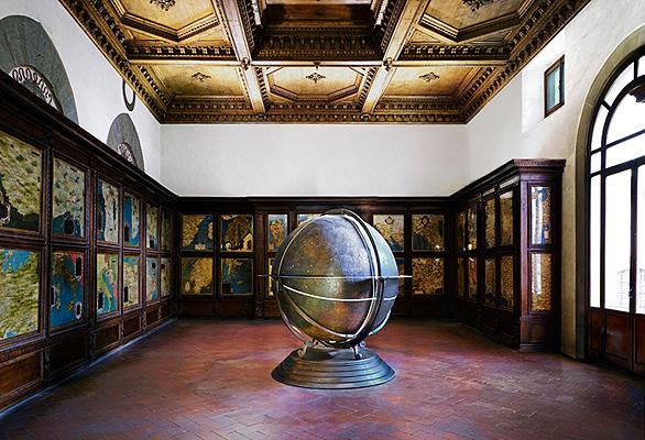 Globus – Palas – Florenz by Candida Hofer at