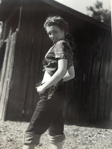 Marilyn En Jean (1945) by Andre De Dienes